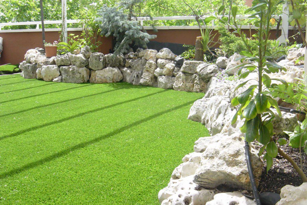 Instalaci n de jard n c sped artificial royal grass - Cesped artificial jardin ...